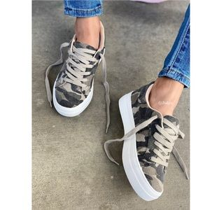 Vintage camo lace up sneaker featuring memory foam